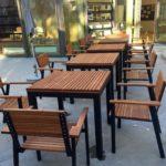 Bild von Tischen und Stühlen im Garten des Nachbarschafts·treffs