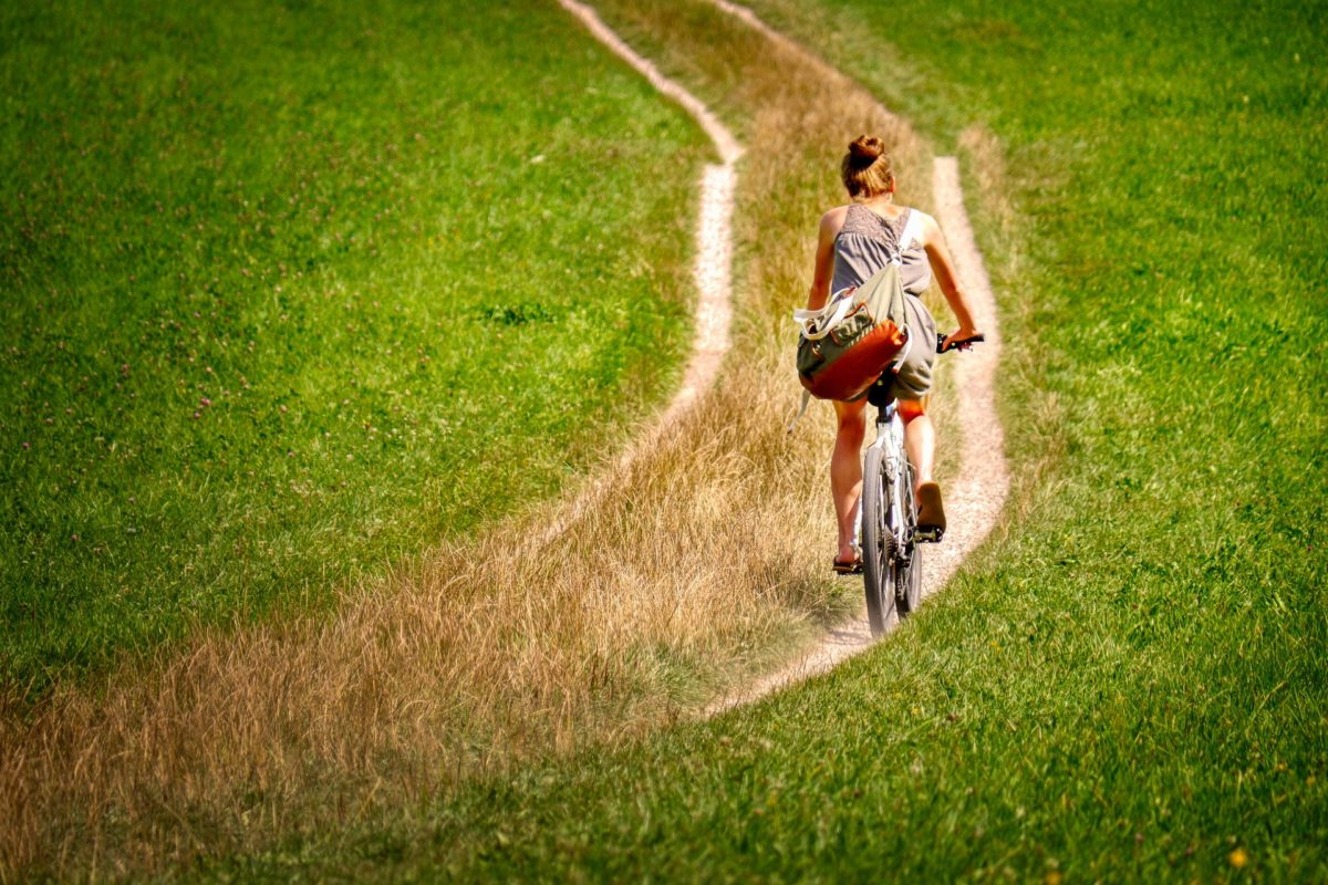 Foto von einer Radfahrerin in der Natur
