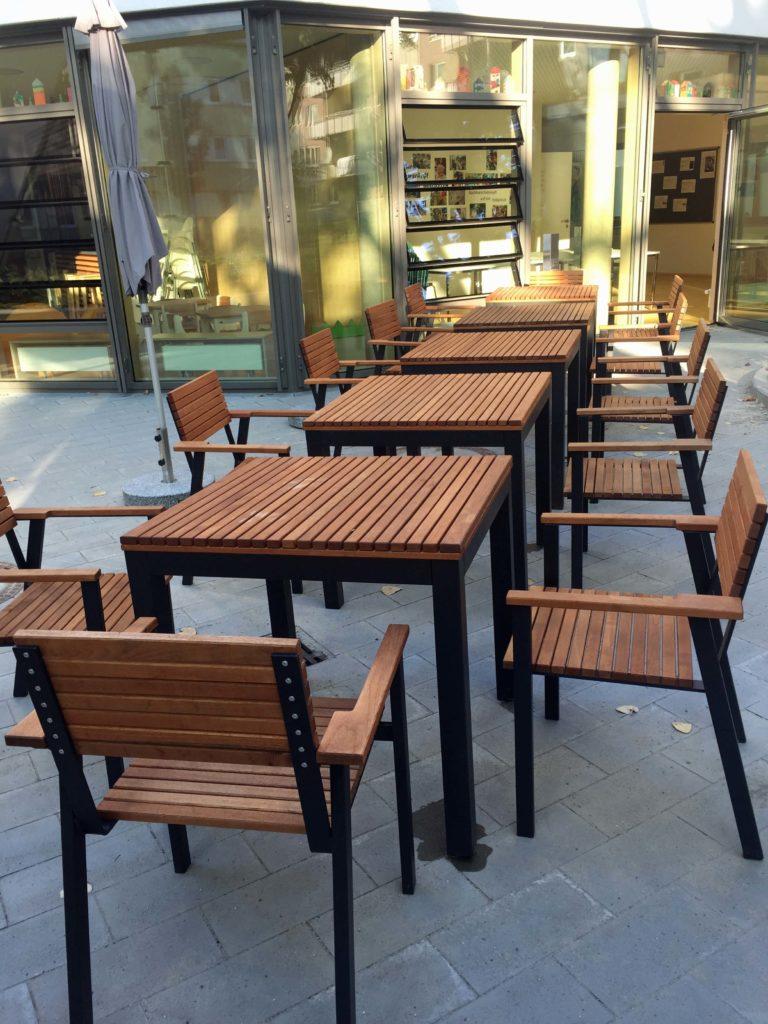 Foto Garten mit Tischen und Stühlen
