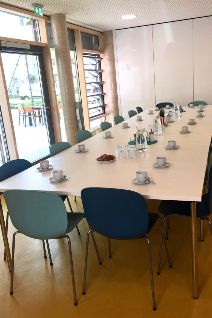 Foto Gruppenraum mit Tischen und Stühlen